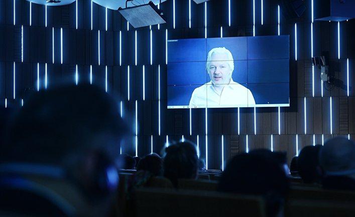 Журналист, основатель WikiLeaks Джулиан Ассанж (Австралия) выступает по видеосвязи на третьей сессии «Конец монополии: век открытой информации»