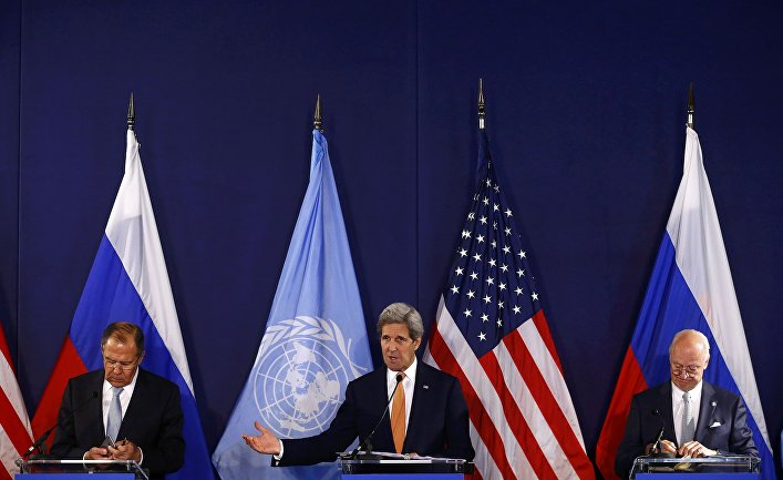 Глава МИД РФ Сергей Лавров, специальный посланник ООН по Сирии Стаффан де Мистурой и госсекретарь США Джон Керри во время переговоров по Сирии в Вене, Австрия