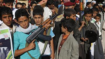 Участники акции протеста против военной операции коалиции во главе с Саудовской Аравией в Йемене