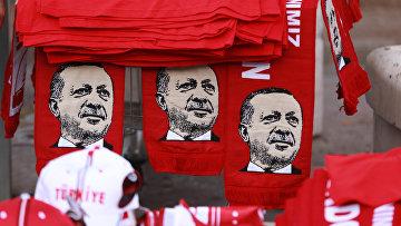 Шарфы с изображением президента Турции Реджепа Эрдогана во время митинга против военного переворота в Анкаре