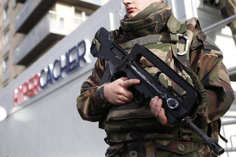 Французский солдат на страже возле супермаркета Hyper Cacher в Париже