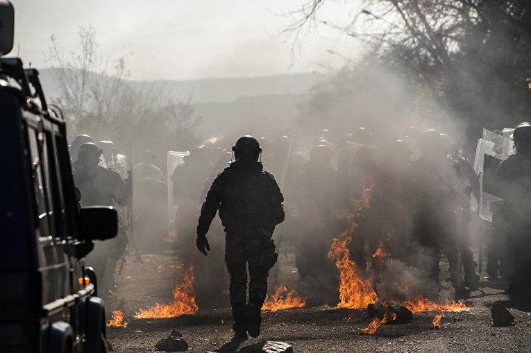 Учения по борьбе с массовыми беспорядками возле деревни Врело