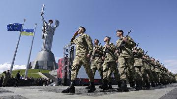 Украинские солдаты перед памятником Родина мать в Киеве