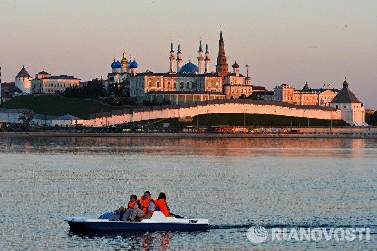 Горожане катаются на водном велосипеде на реке Казанке в Казани
