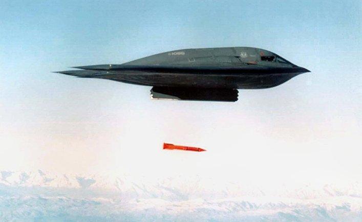 Американский бомбардировщик B-2 Spirit сбрасывает бомбу  B61-11