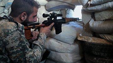 Боец сирийской армии на передовой позиции на юге Алеппо