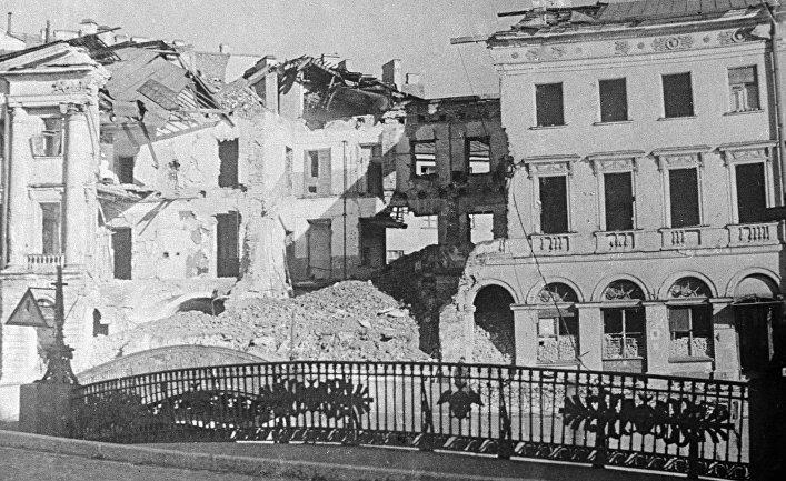Разрушенный во время артобстрела дом в Ленинграде