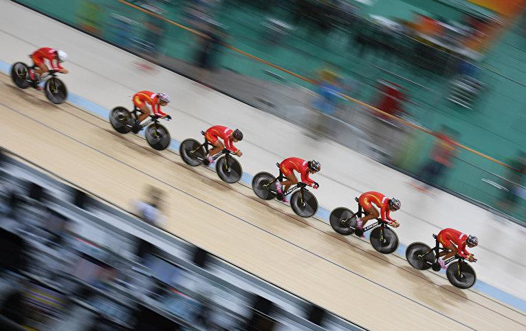 Команда китайских велосипедисток во время тренировки