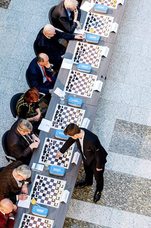 Норвежский шахматист Магнус Карлсен играет в шахматы с политиками Нидерландов