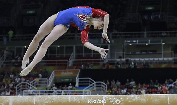 Русская гимнастка Алия Мустафина выполняет упражнение на бревне