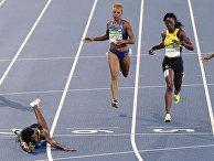 Шона Миллер  на финише в финале дистанции 400 метров на Олимпийских играх в Рио-де-Жанейро