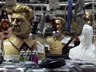 Бюсты Сталина и путина в сувенирном магазине в Москве