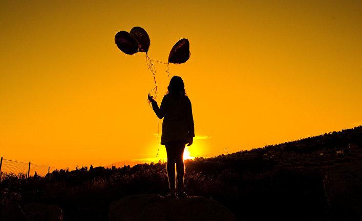 Девушка с шарами на закате