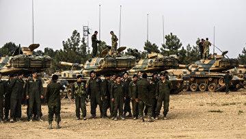 Турецкие солдаты у танков недалеко от сирийской границы, 25 августа 2016 года