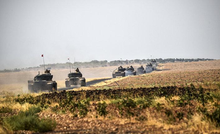 Колонна турецких танков двигается в сторону сирийской границы, 25 августа 2016 года