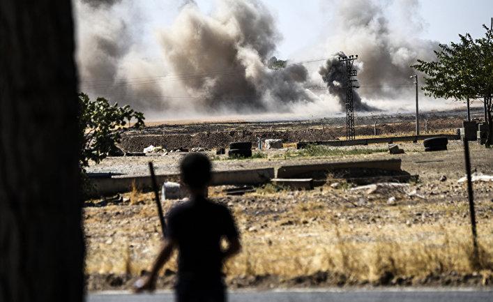 Дым вблизи сирийско-турецкой границы у города Джераблусе