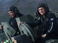 Экипаж танка Т-72Б3 армии России во время соревнований по танковому биатлону на полигоне Алабино