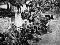 Французские солдаты пересекают реку на пути к Вердену