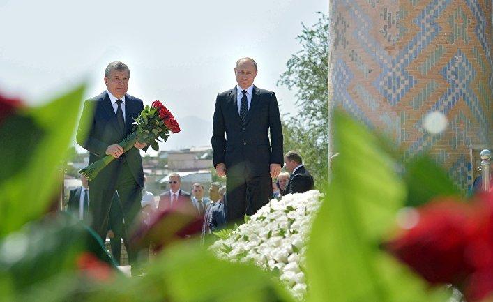 Президент РФ Владимир Путин с премьер-министром Узбекистана Шавкатом Мирзиёевым у могилы первого президента Узбекистана Ислама Каримова в Самарканде