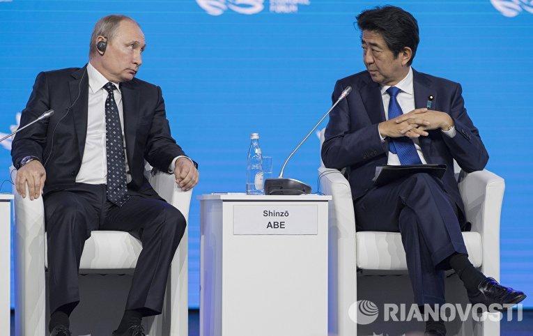 Президент РФ Владимир Путин и премьер-министр Японии Синдзо Абэ на пленарном заседании «Открывая Дальний Восток»