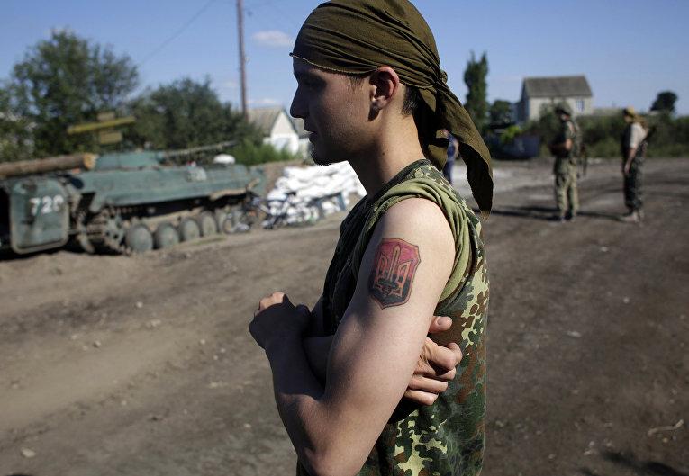 Украинский солдат на позициях недалеко от города Луганск