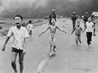 Ошибочное применение напалма южновьетнамской авиацией против мирных жителей 8 июня 1972 года, в центре – Ким Фук