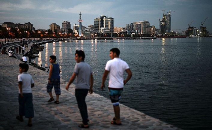 Люди на набережной в Баку