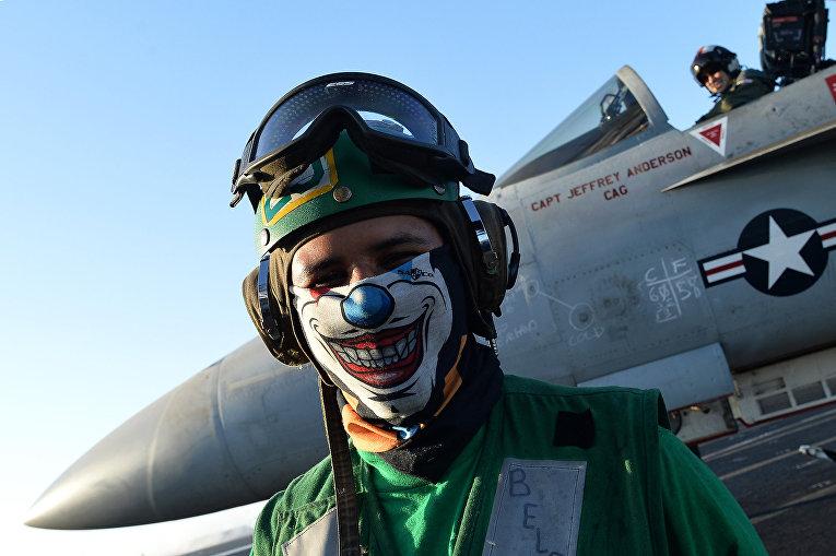 Пилоты истребителя F/A-18E/F «Супер Хорнет» на борту авианосца «Дуайт Эйзенхауэр» в Средиземном море