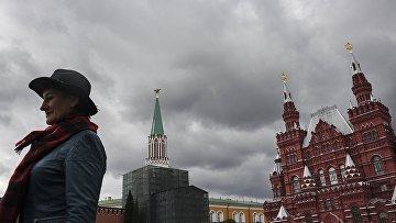 Женщина на Красной площади в Москве