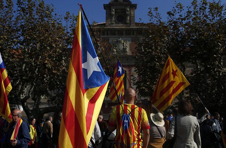 Сторонники независимости Каталонии у здания регионального парламента в Барселоне