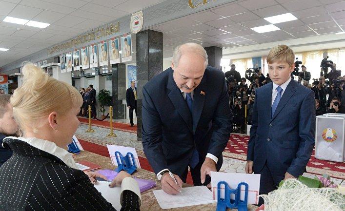 Президент Белоруссии Александр Лукашенко с сыном Николаем на избирательном участке №1 Центрального района Минска во время выборов президента Белоруссии