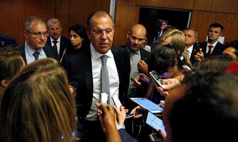 Министр иностранных дел России Сергей Лавров общается с журналистами