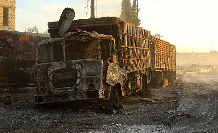 На месте обстрела гуманитарного конвоя ООН в городе Урум аль-Кубра недалеко от Алеппо