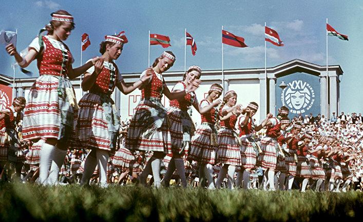 Танец литовских девушек в национальных костюмах