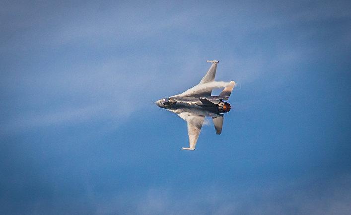 Истребитель F-16 Fighting Falcon на авиашоу, США