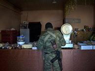 Боец ополчения ЛНР в продуктовом магазине в поселке Новосветловка