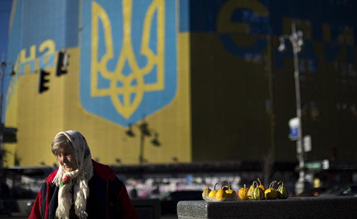 Женщина продает овощи рядом с Площадью Независимости в Киеве