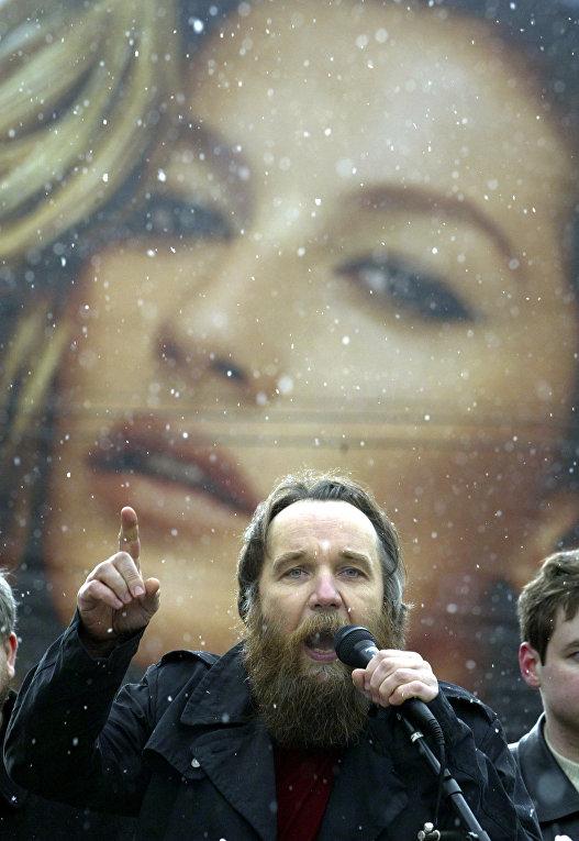 Лидер Международного Евразийского движения Александр Дугин выступает на митинге в Москве