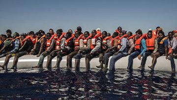 Мигранты ждут эвакуации в Средиземном море