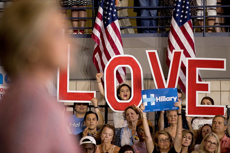 Митинг в поддержку кандидата в президенты США от демократов Хиллари Клинтон в университете Северной Каролины
