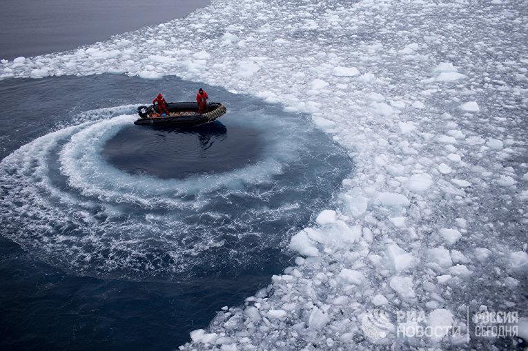 Чилийские моряки готовятся забрать ученых с корабля Aquiles и доставить их на базу «Бернардо О'Хиггинс»