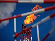 Газовый факел морской нефтеперерабатывающей платформы