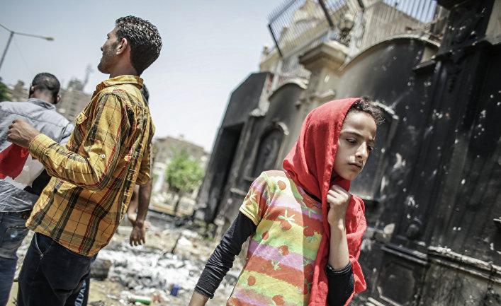 """Девушка на фоне разгромленного офиса """"Братьев-мусульман"""" в Каире"""