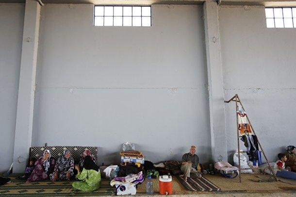 Сирийская семья отдыхает в лагере беженцев в г. Азаз