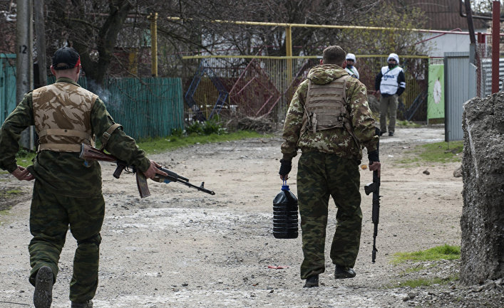 Ополченцы в деревне Широкино, апрель 2015 года