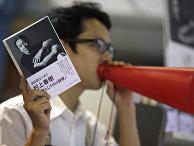 Продавец рекламирует новй роман Харуки Мураками