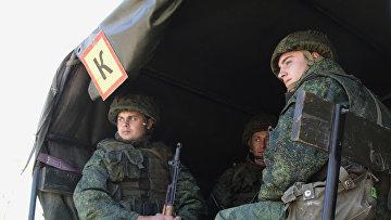 Военнослужащие ожидают отвода техники в районе пропускного пункта «Станица Луганская» в Донбассе