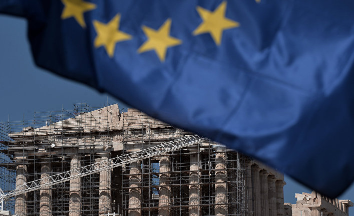 Храм Парфенон и флаг Европейского союза в Афинах