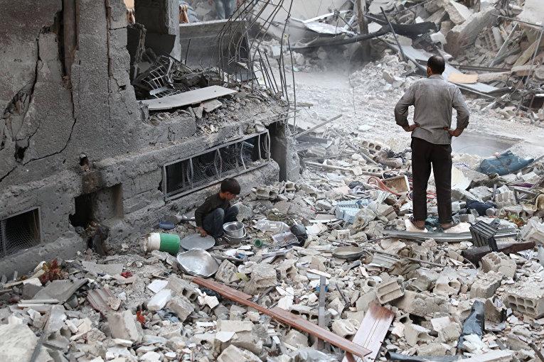 Развалины зданий после авиаударов в городе Дума
