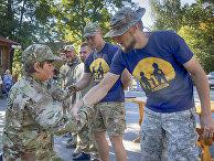 Инструкторы награждают грамотами детей, закончивших подготовку в украинском добровольческом батальоне «Азовец»